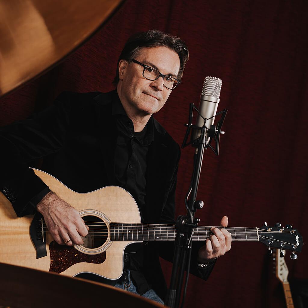 Portraitbild vom Ralph mit der Gitarre
